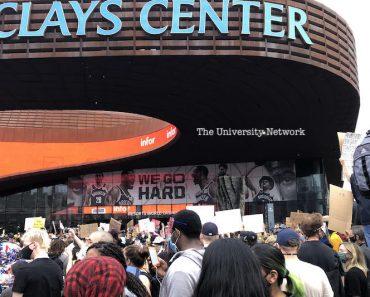 Centinaia di manifestanti di Brooklyn si radunano fuori dal Barclays Center venerdì.